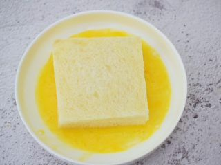 芒果酸奶吐司,放入蛋液中