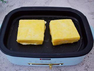 芒果酸奶吐司,平底锅刷一遍薄薄的食用油,放入芒果吐司,小火慢慢煎至金黄色