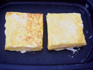 芒果酸奶吐司,再翻另一面煎至金黄色,四边也煎一下