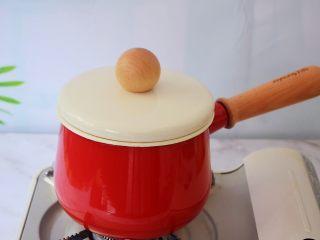 芒果西米露,盖上锅盖焖10分钟,焖至西米全部透明