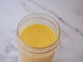 芒果西米露,把芒果切粒,取一半芒果肉加入纯牛奶和蜂蜜放入榨汁杯中打成奶昔,再把芒果奶昔和西米混合拌匀,再加入剩下的芒果就好了