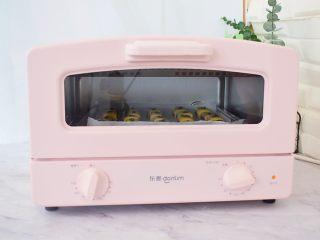 豆沙一口酥,放入预热好的烤箱,上下火180度,中层烤20-25分钟,烤好取出晾凉即可食用