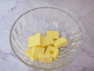 豆沙一口酥,黄油提前室温软化,软化至手指轻按一下就有印痕即可
