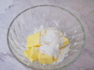 豆沙一口酥,在软化好的黄油里加入糖粉