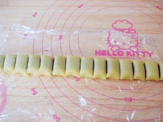 豆沙一口酥,再用刀切成小块,宽度大概为2-3CM左右