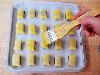 豆沙一口酥,表面刷蛋黄液