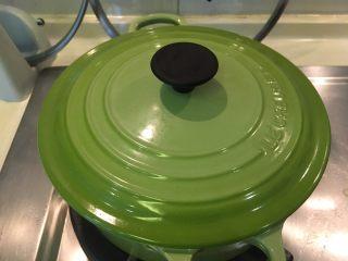 南瓜煮小排,盖起来小火煮20分钟