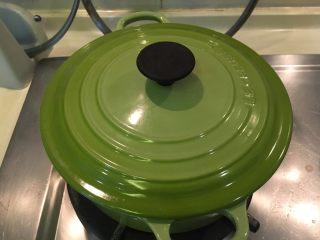 南瓜煮小排,再盖起来小火焖煮20分钟