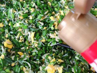 发面韭菜盒子,搅拌均匀,我们加一点香油搅拌均匀
