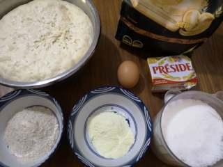 好吃又好看的椰蓉葡萄干吐司,主面团的原料:中种面团、面包粉、鸡蛋、盐、黄油、奶粉、白糖、全麦粉,我加了50克的全麦粉,以增加面包的营养和麦香味,也可以添加其他的粗粮,如:紫薯粉、菠菜粉等。