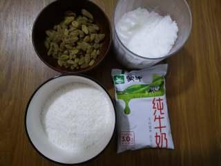 好吃又好看的椰蓉葡萄干吐司,现在准备葡萄干和椰蓉馅,椰蓉馅的原料有白糖、椰蓉和牛奶。