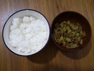 好吃又好看的椰蓉葡萄干吐司,葡萄干清水冲洗干净后用厨房用纸吸干水分,将牛奶、椰蓉和白糖混合搅拌均匀即可,这里的白糖用量可以根据自己喜欢的甜度来调整。如果喜欢烤出来的椰蓉馅是黄色的,可以将部分牛奶换成蛋黄就可以了。