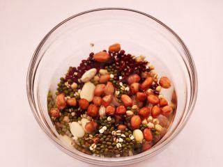 营养杂粮八宝粥,把所有的杂粮提前浸泡过夜。