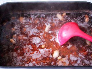 营养杂粮八宝粥,大火烧开后转中火继续炖煮20分钟。