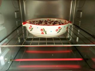 香蕉烤燕麦,烤箱预热五分钟,放入烤盘,上下火200度烤20分钟。
