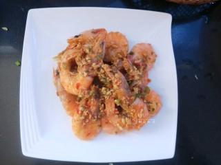 蒜蓉椒盐虾,出锅,盛盘。