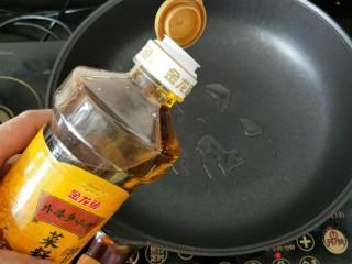 苦瓜鸡蛋饼,不粘锅放少许食用油。