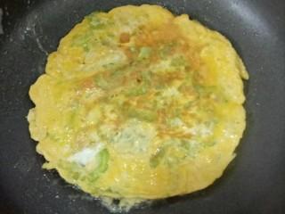 苦瓜鸡蛋饼,然后翻面,继续小火煎至另一面凝固,变成漂亮的金黄色就可以了。等到苦瓜鸡蛋饼稍微凉后就可以切块食用了。