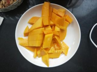 芒果思慕雪,两个芒果削皮,切成四半。三半切成小块,一半留着。
