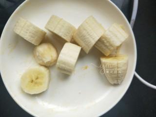 芒果思慕雪,香煎一根,去皮,切成小块。如果是夏天香蕉可以提前冷冻,如果天气不热或者像我一样,本身不爱吃冰品,就不冷冻。