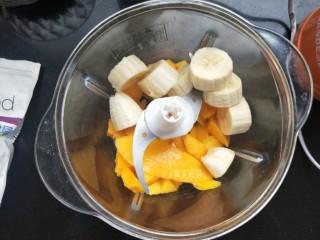芒果思慕雪,把芒果,香蕉倒进搅拌机里。