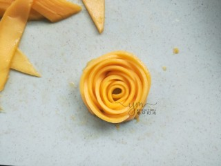 芒果思慕雪,最后围成一朵玫瑰花的样子。