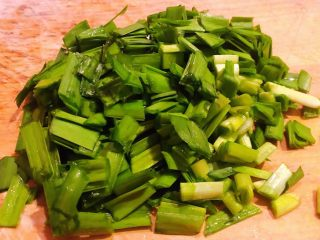 韭菜鸡蛋炒面,韭菜切成两厘米小粒状
