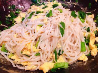 韭菜鸡蛋炒面,所有调味料炒匀入味即可出锅享用