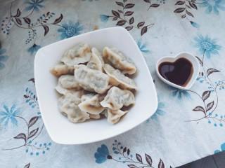 家常茴香猪肉水饺,烧开水,煮熟就可以享用了。一定别忘了蘸醋啊。