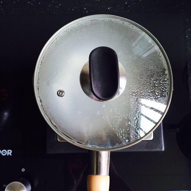 菠菜猪肝粥,盖上盖子大火烧开转小火煮二十分钟,期间用汤勺搅拌一下防止粘锅底
