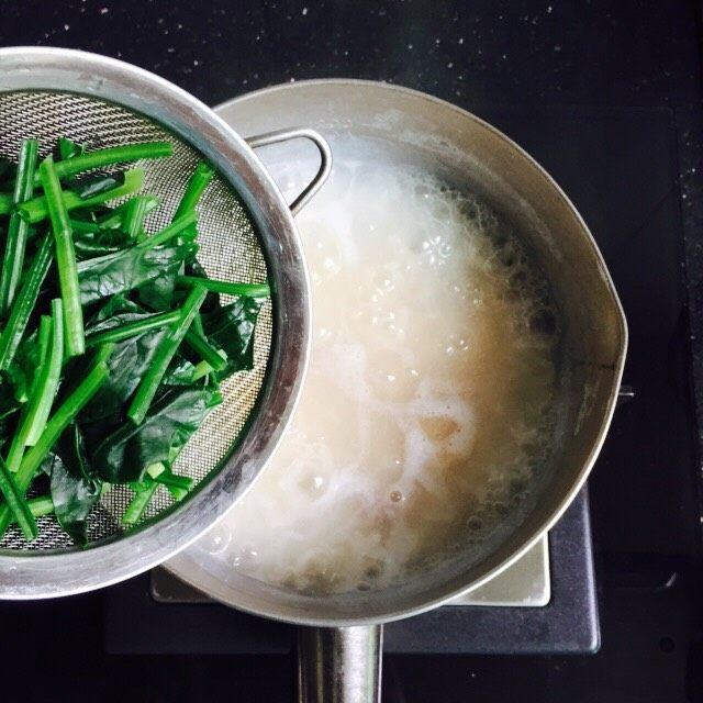 菠菜猪肝粥,放入菠菜