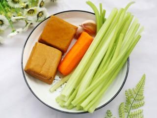 无敌下饭的芹菜炒香干,准备食材:芹菜1把,香干4片,胡萝卜1截,蒜2颗。生抽1勺、耗油1勺,豆瓣酱1勺。