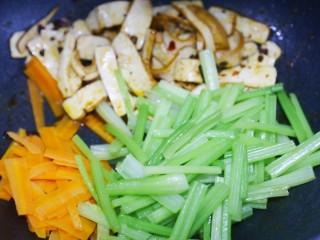 无敌下饭的芹菜炒香干,炒匀。