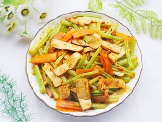 无敌下饭的芹菜炒香干,出锅。