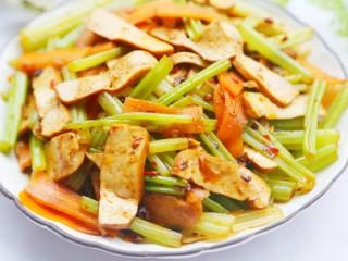 无敌下饭的芹菜炒香干,赶紧做起来吧。