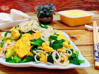 韭菜鸡蛋炒面,搭配香蕉毛巾卷和榴莲班戟更加美味