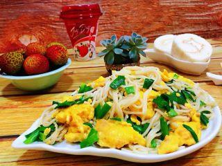 韭菜鸡蛋炒面,早餐是一天最重要的一餐既要吃好又要美味可口