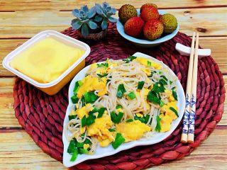 韭菜鸡蛋炒面,水果是每餐必备的食物