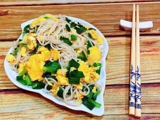 韭菜鸡蛋炒面,鲜美可口的韭菜鸡蛋炒面装入盘中