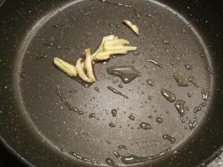 鸡丁炒蚕豆,锅中底油爆香姜丝