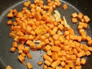 鸡丁炒蚕豆,放入胡萝卜丁翻炒