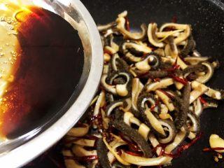 麻辣劲爆干煸牛肚,淋上料汁 料汁一淋上去麻辣味就会全部释放出来