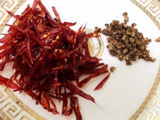 麻辣劲爆干煸牛肚,干辣椒剪成细丝去籽 花椒摘去枝