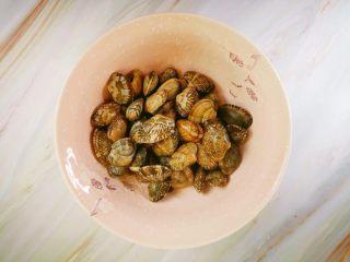 辣炒花蛤,花蛤用水浸泡,让花蛤把沙吐干净,待用