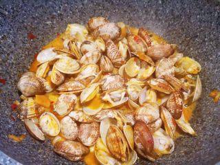 辣炒花蛤,加料酒,盖锅盖,中火煮1分钟,花蛤会慢慢都开口