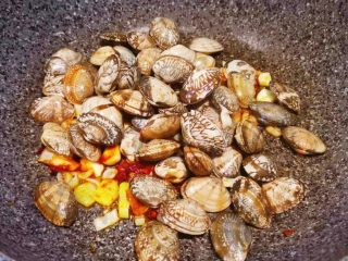 辣炒花蛤,锅中放入花蛤