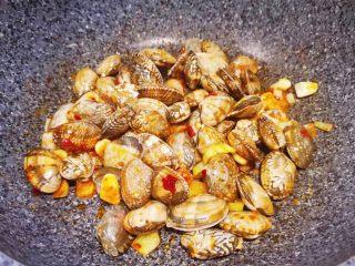 辣炒花蛤,花蛤翻炒均匀