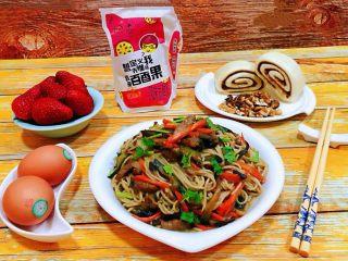 茄子胡萝卜炒面,营养早餐是开启幸福一天的动力