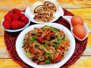 茄子胡萝卜炒面,搭配早餐小馒头、鸡蛋、草莓、核桃仁就是完美的早餐