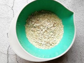 奶香苹果烤燕麦,然后倒入即食燕麦
